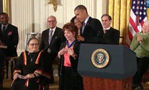 Escritora Isabel Allende recibe la Medalla de la Libertad en ceremonia con Barack Obama